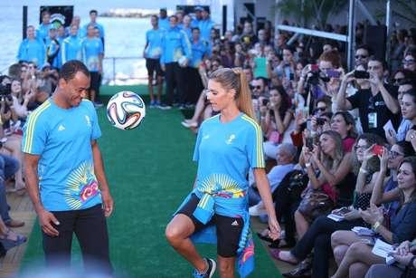 <p>Fernanda Lima e Cafu durante desfile dos uniformes da Copa</p>