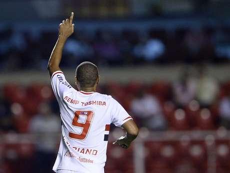 Luís Fabiano comemora gol no Morumbi