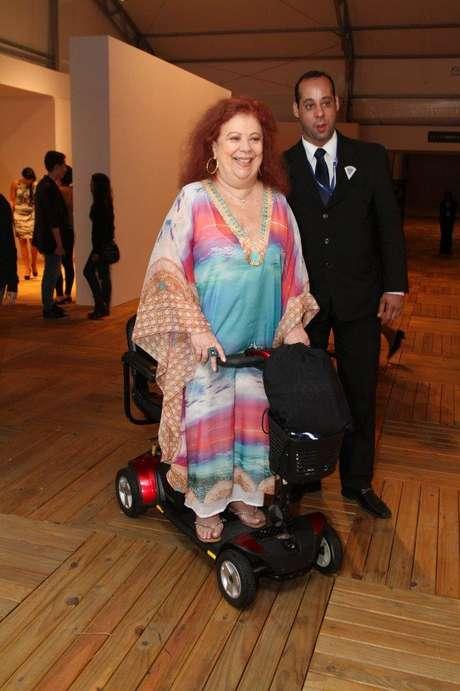 <p>Mesmo em cadeira de rodas, Beth Carvalho fez a alegria dos fãs e tirou fotos</p>