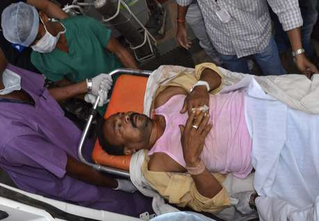 Homem atingido por bomba neste sábado é levado ao hospital em Chhattinsgarh, Índia. Ataques mataram 14 pessoas neste final de semana