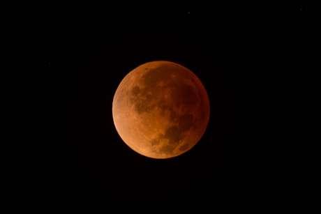 Fenômeno da 'Lua de Sangue' visto na madrugada desta terça-feira em Brasília