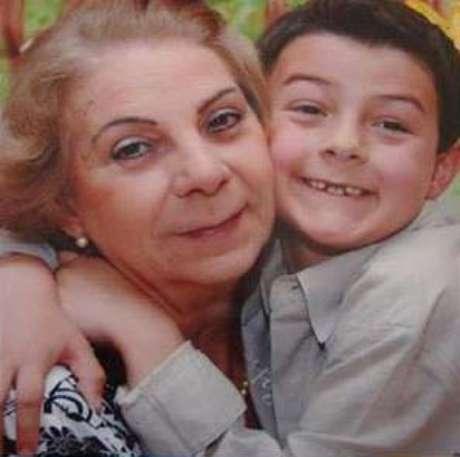 <p>A avó materna com o menino Bernardo</p>