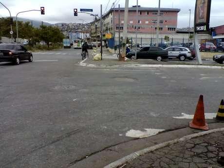 <p>Pedestres aguardam implantação de semáforo no bairro Vila Nova Cachoeirinha</p>