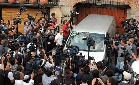 O corpo de Gabriel García Marquez deixou a residência do escritor na Cidade do México, capital mexicana, na noite desta quinta-feira (17). O carro que levou o ganhador do Prêmio Nobel de Literatura foi escoltado pela polícia, já que muitas pessoas permaneciam em frente à casa