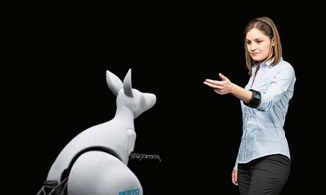 <p>Canguru biônico é controlado por pulseira que detecta movimentos da pessoa e envia sinais ao robô</p>