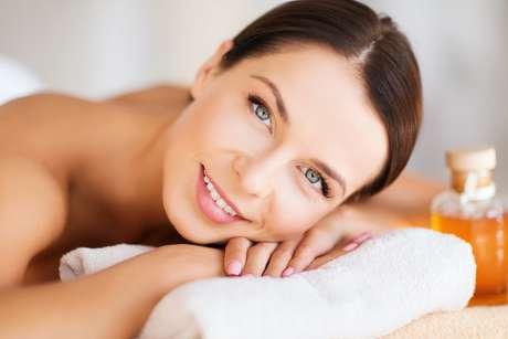 De origem vegetal, óleo de cártamo pode ser uma boa pedida para quem deseja dar adeus às celulites e prevenir o envelhecimento da pele de uma só vez