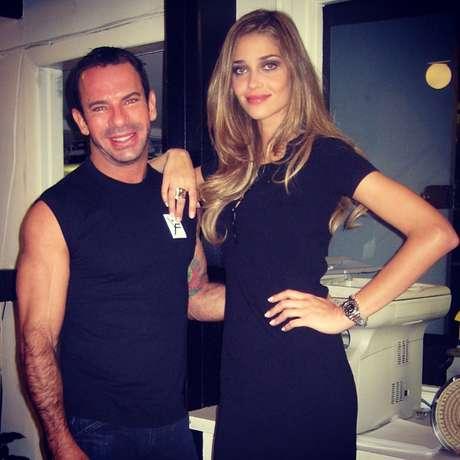 <p>Leandro posa ao lado da modelo Ana Beatriz Barros</p>