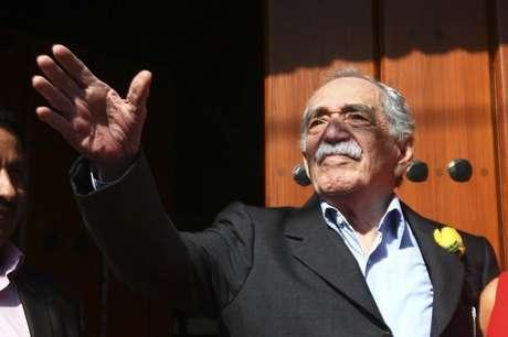 O escritor Gabriel García Márquez acena a jornalistas e vizinhos no dia de seu aniversário, no lado de fora de sua casa, na Cidade do México, em 6 de março. 06/03/2014