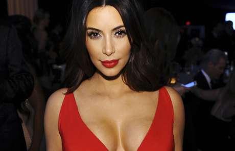 Em evento, Kim Kardashian apostou na dupla vestido e batom vermelho para se destacar