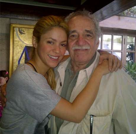 Shakira postou foto abraçada a Gabriel García Marquéz