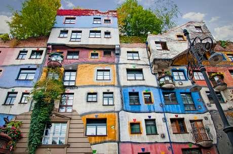 A Hundertwasserhaus, em Viena, completa 30 anos em 2015, mas, apesar da idade, continua surpreendendo com sua fachada anárquica e seu telhado arborizado, destacando-se em uma cidade de arquitetura clássica e sóbria. Os moradores podem recriar a fachada de seus apartamentos quando quiserem