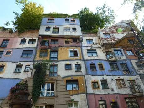 Apesar de ter sido inaugurada em 1985, a Hundertwasserhaus, idealizada pelo artista plástico Friedensreich Hundertwasser, ainda surpreende com seu design amalucado e sua floresta no telhado , destacando-se na sóbria paisagem urbana de Viena