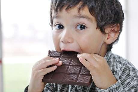 Não ofereça à criança alimentos fonte de açúcar antes de dormir; eles podem deixá-la agitada