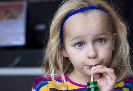 Evite refrigerantes, principalmente aqueles com cafeína, capazes de interferir no sono da criança