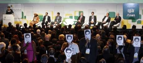 Manifestantes pediram fim da vigilância global usando máscaras com o rosto de Edward Snowden