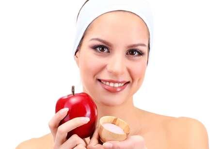 <p>M&aacute;scara facial preparada com ma&ccedil;&atilde;, leite e farinha de trigo, promete desintoxicar e, de quebra, proporcionar um efeito &uacute;nico de clareamento na pele do rosto</p>