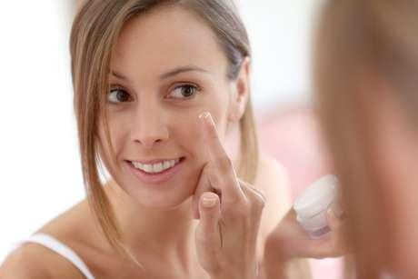 Bastante utilizada por todos os benefícios que proporciona à pele, a vaselina surpreende pela sua versatilidade nos assuntos relacionados à beleza