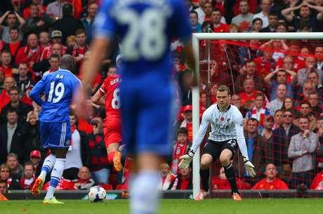 Demba Ba aproveitou vacilo de Gerrard para roubar a bola e abrir o placar para o Chelsea