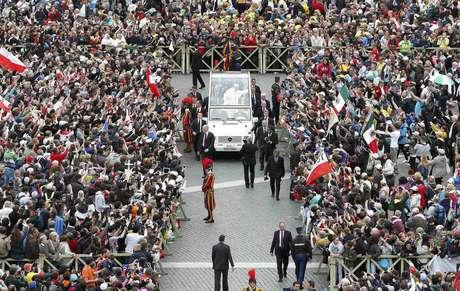 <p>Papa Francisco chega para a canonização dos dois papas</p>