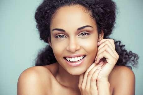 Apesar de poder ser realizado com diferentes ativos, o peeling nem sempre é indicado para as peles negras, que costumam reagir ao processo inflamatório desencadeado por ele com o desenvolvimento de manchas