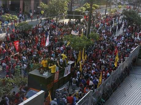 <p>Centenas de manifestantes protestaram em frente à Câmara Municipal</p>
