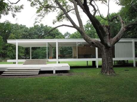 A Farnsworth House foi concebida em 1945 pelo arquiteto alemão Mies van der Rohe e construída em 1951. Quase 70 anos depois, continua a surpreender e hoje funciona como ponto turístico na cidade de Plano, no estado de Illinois, nos EUA