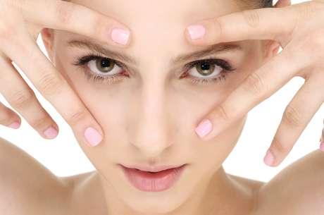 Técnica é realizada por meio do aparelho dermography, que implanta sob a epiderme alguns pigmentos para cobrir a coloração escura que se aloja na região abaixo dos olhos