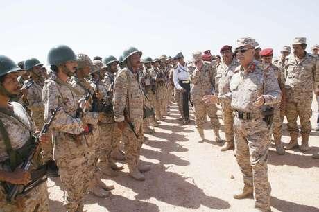 <p>Ministro da Defesa do Iêmen,General Muhammad Nasir Ahmad,fala com tropas emum quartel do Exército na provínciade Shabwa antes de ofensiva contra redutos de militantes da Al Qaeda</p>