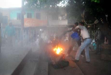 <p>Espectadores indianos tentam apagar o fogo do corpode um homem chamado pela polícia como Durgesh Kumar Singhb,durante um debate eleitoral televisionado,em um parque local da cidade deSultanpur, na Índia</p>