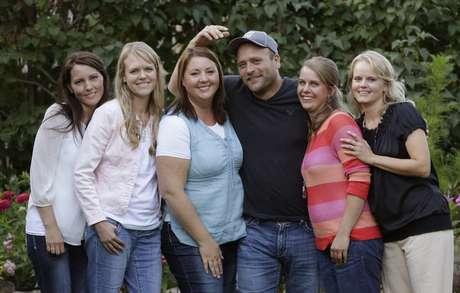 <p>Nesta foto, de11 de setembro de2013, o americanoBrady Williams posa com suas cinco esposas em frente à suacasa em uma comunidade polígama fora de Salt Lake City, Utah, EUA</p>