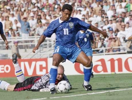 Thomas Ravelli perdeu duas vezes o duelo com Romário na Copa de 1994