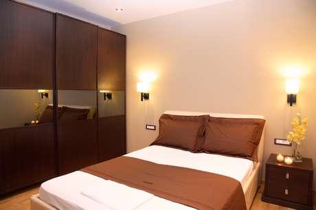 A arquiteta Danyela Corrêa recomenda que corredor mais largo seja o que tenha mais funções, por onde se alcança o banheiro, o armário e a saída do dormitório. O corredor secundário da cama deve ter no mínimo 60 cm de largura. Informações: (11) 3566-3321