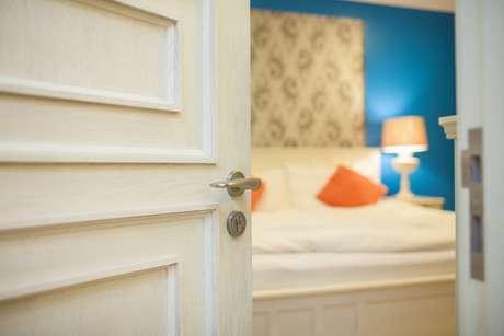 O ideal, avalia a arquiteta, é dispor a cama de modo que não fique muito exposta quando a porta se abre