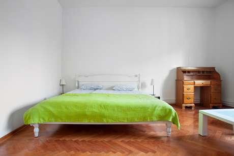 Em quarto de casal, evite encostar uma das laterais da cama à parede, para não travar a saída de uma das pessoas.