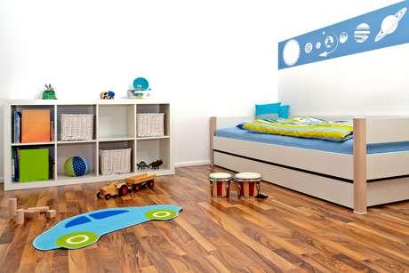 Já em quartos de criança, é até bom que um dos lados fique colado à parede. Elas ganham uma área maior no meio do quarto para brincar e se sentar no chão, diz Danyela Corrêa