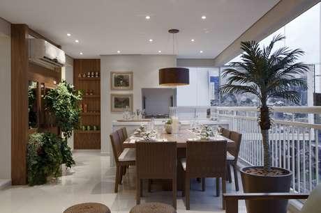 <p>Chamada para criar um apartamento decorado para um empreendimento no bairro de Santana, na Zona Norte de São Paulo, a designer de interiores aproveitou a ampla varanda de 32 m<sup>2</sup> para criar uma área social integrada. Informações: (11) 3842-8562</p>