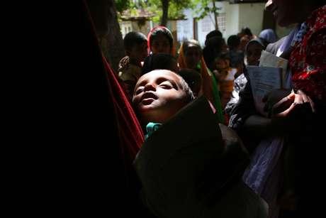 Sri Lanka foi um dos países em que chikungunya se tornou epidêmico - na foto, criança com febre sofre com a doença em 2006