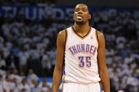 Kevin Durant errou lance livre em momento decisivo, e, agora, o Thunder está perto de ser eliminado