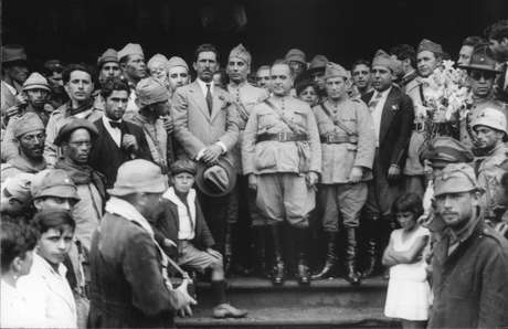 Vargas (centro) e apoiadores em Itararé, São Paulo, a caminho da Revolução de 30