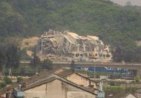 <p>Foto mostra a demolição da Igreja cristãde Sanjiang, na China</p>