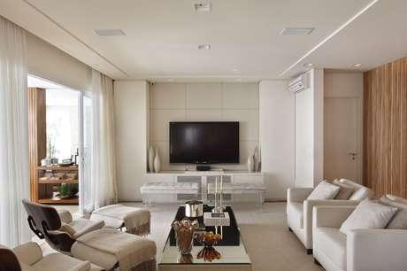 <p>A arquiteta Debora Aguiar misturou elementos sofisticados  como o mármore  e mais básicos  como a madeira  para criar um visual rústico-chique neste apartamento de 310 m<sup>2</sup> no bairro de Vila Mariana, em São Paulo. Informações: (11) 3889-5888</p>