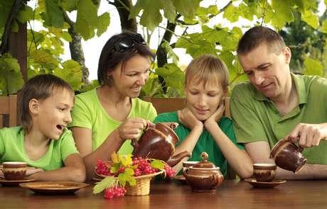 O chá mata a sede e pode ser incluído na alimentação de crianças e adolescentes