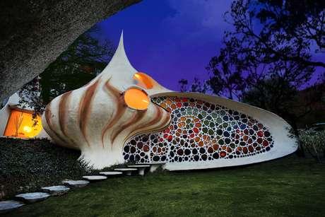 As casas projetadas pelo arquiteto mexicano Javier Senosiain usualmente imitam formas encontradas na natureza, como serpente, tubarão ou crustáceo, como é o caso da Nautilus. A opção por concha era a que melhor aproveitava o formado do terreno