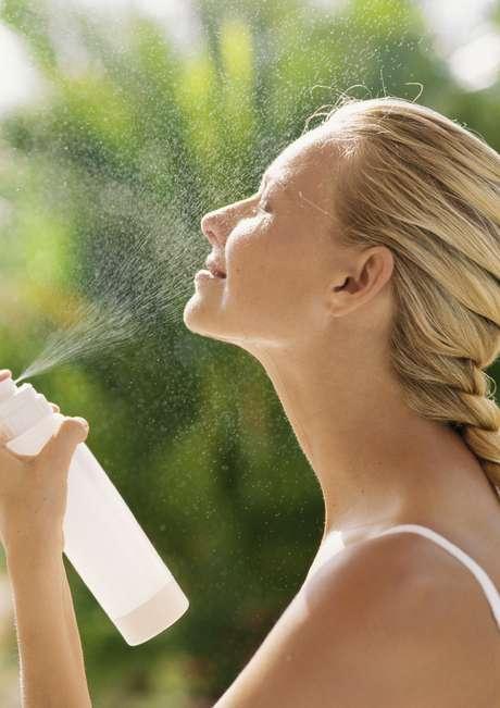 A água facial vitaminada conta com elementos que ajudam no processo de melhora da hidratação da pele e na manutenção dos tratamentos realizados como prevenção ao envelhecimento
