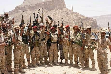 <p>Soldados no exército iemenita posam para foto com armas capturadas de militantes da Al Qaeda</p><p></p>