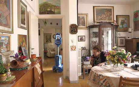 Seis robô Giraffplus estão em teste morando na casa de idosos na Itália, Suécia e Espanha