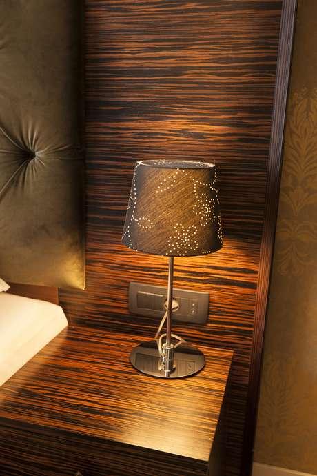Abajures com cúpula escura têm função mais decorativa. A iluminação tem de ser complementada por outras fontes