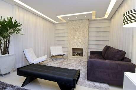 Neste apartamento de 225m² no Jardim Anália Franco, em São Paulo, a arquiteta Érica Salguero fez uma sala em que predominam tons neutros. Ganham destaque a lareira, emoldurada por um mosaico de mármore, e o sofá arroxeado. Informações: (11) 2093-8658