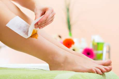Considerada um dos métodos de depilação mais eficazes, a cera ganha ainda mais eficácia quando enriquecida com ingredientes que ajudam a tornar a depilação mais fácil e duradoura