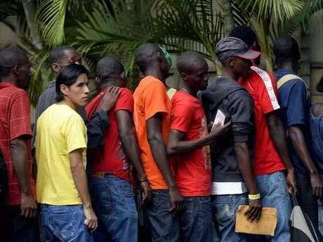 Haitianos fazem fila para tirar carteira de trabalho em São Paulo, em 2014